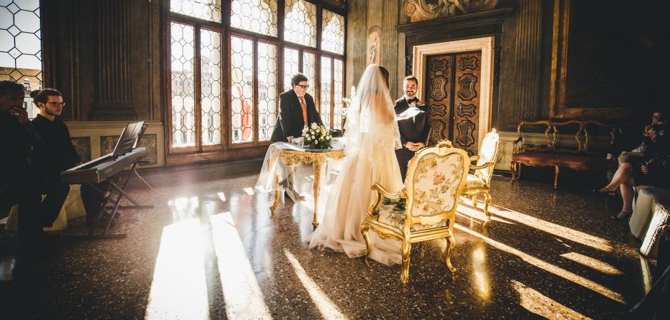 Imagen de la ceremonia de boda del Hotel Ca Sagredo en Venecia, Italia - Fotografía de Carlo Bettuolo