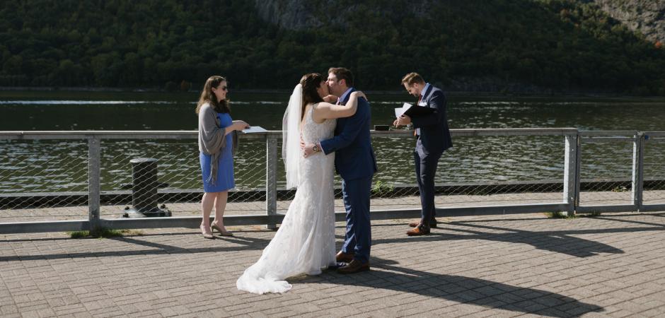 Romantyczny ślubny obraz z ceremonii plenerowej w Dockside Park, Cold Spring, New York Elopement - Fotografia: Danielle Gardner