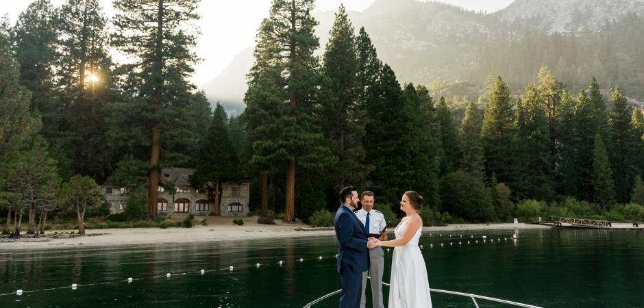 Les mariés sur un bateau lors d'une cérémonie de fuite du lac - Photographie par Lauren Lindley
