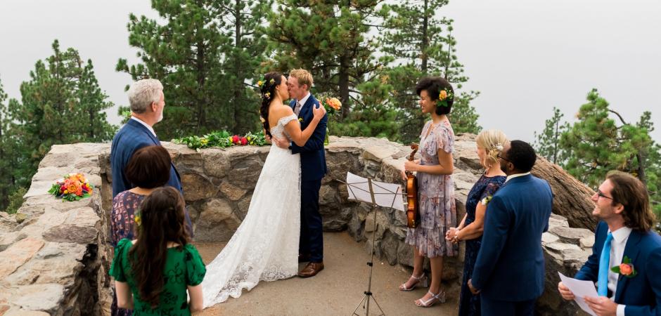 Image de cérémonie de mariage intime d'un Elopement privé, familial - Image de Lauren Lindley