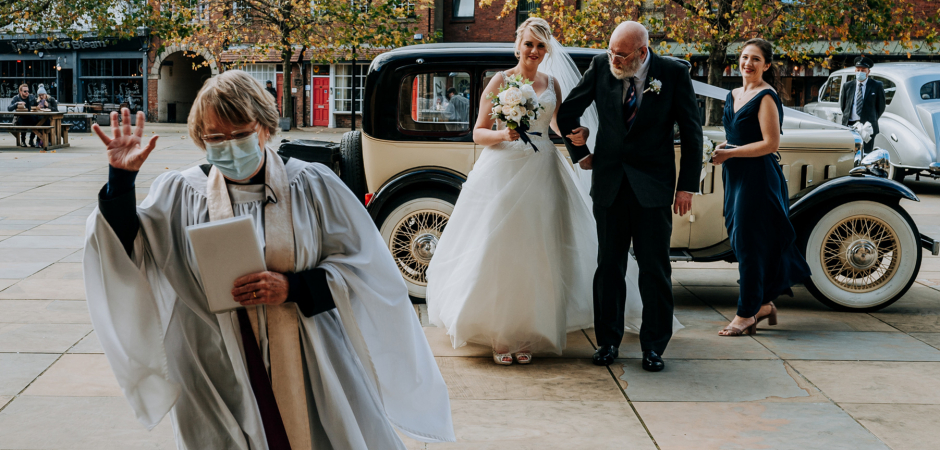 Image de mariage à l'extérieur de l'église dans un Hull Minster, Kingston Upon Hull, East Yorkshire, UK Elopement - photographie par Patrick Mateer