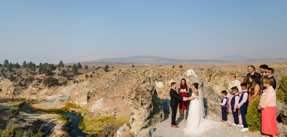 Bild der Hochzeitszeremonie im Freien von einem Mammoth Lake, Kalifornien Airbnb Ferienhaus Elopement - Foto von Tyler Vu