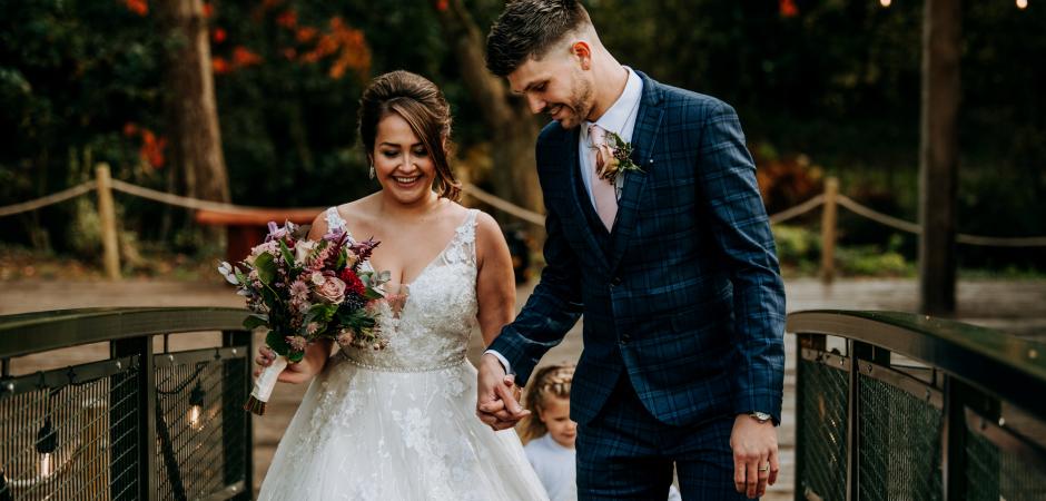 Une belle image de mariage de la mariée et le marié traversant un pont - Image de Patrick Mateer