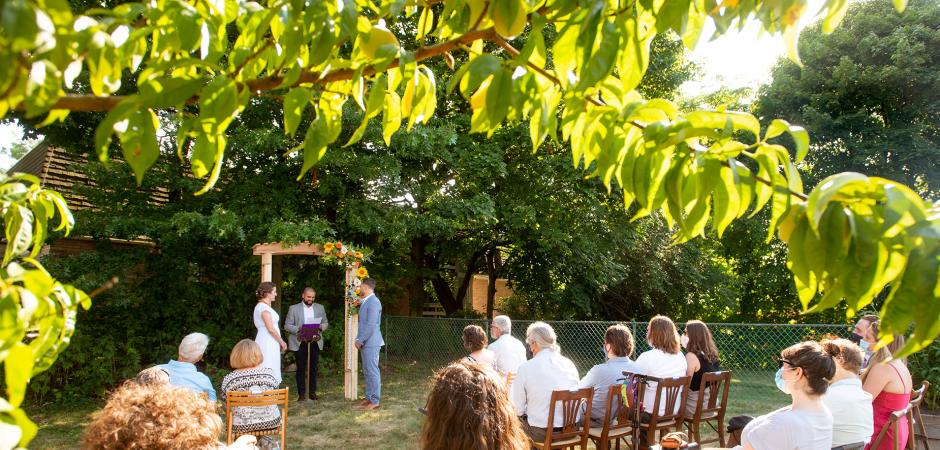 Image d'une cérémonie de mariage intime Backyard Garden à Pittsburgh - Elopement Photography par Erica Dietz