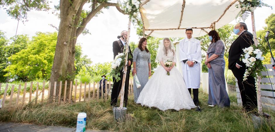 Image de mariage créative d'une cérémonie d'arrière-cour à Squirrel Hill, Pittsburgh, PA - Elopement Photography par Erica Dietz