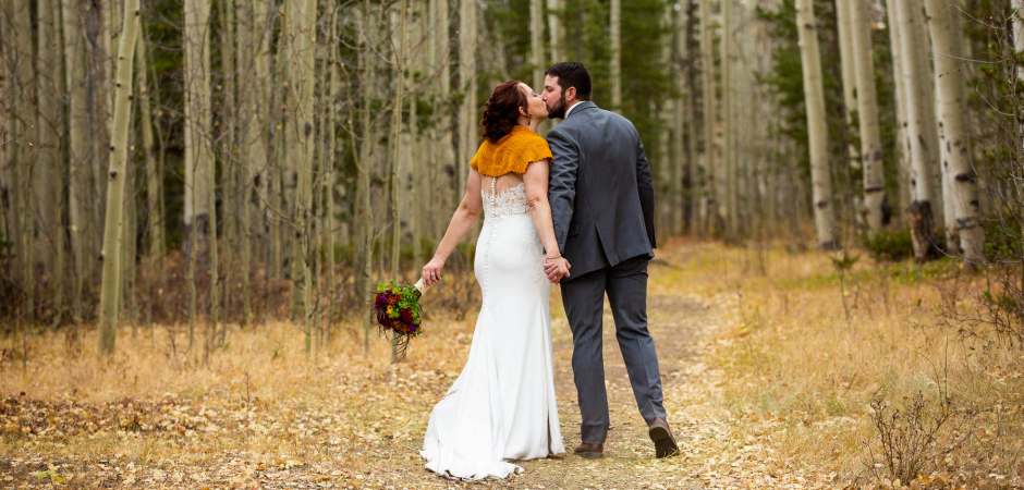 Portrait de couple de mariage Mountain Meadow après une cérémonie de fugue de la forêt du Colorado - Image de Lucy Schultz