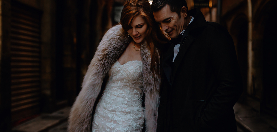 Mariée et le marié marchant dans les rues après leur fuite à l'hôtel de ville - Image de Castille Alma