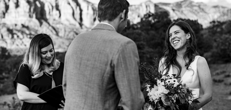 Imagem do dia do casamento em uma cerimônia ao ar livre no deserto - Fotografia de fuga por Rebekah Sampson