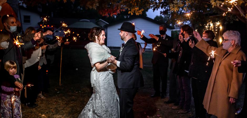Imagem de casamento ao ar livre no quintal de um evento Backyard Elopement - Fotos por Penny McCoy
