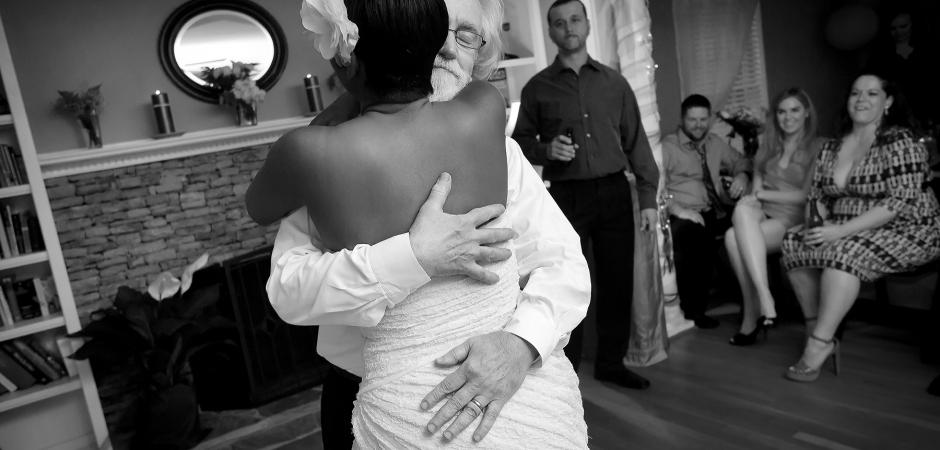 從家裡的私奔室內婚禮圖像-照片由辛迪·布朗
