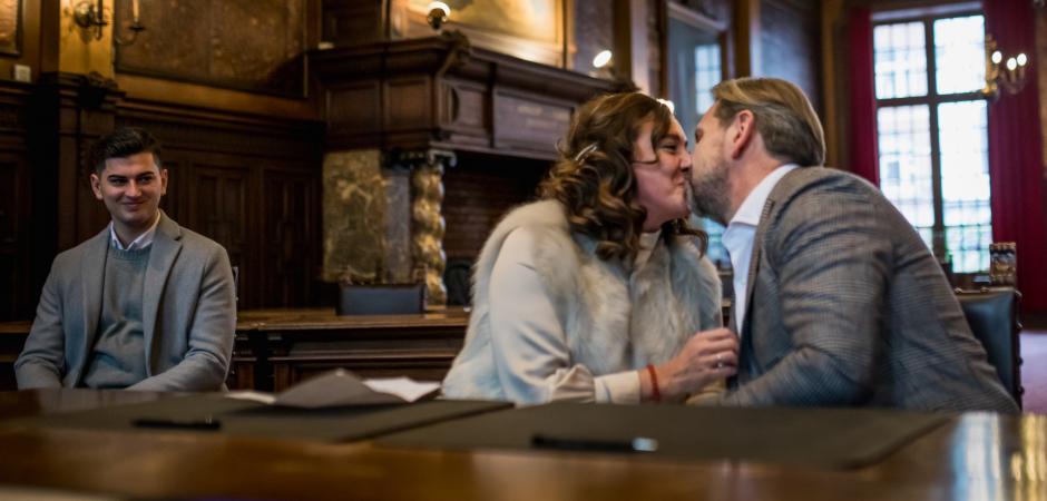 Imagem de casamento da noiva e do noivo se beijando em Hasselt, Bélgica.