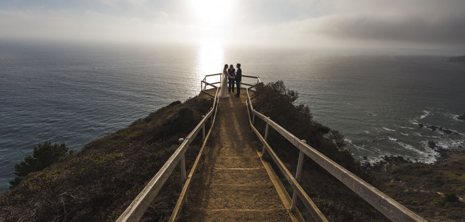 Foto van de ceremonie van de dag van het huwelijk van een Golden Gate National Recreation Area, Muir Beach Overlook, Ca Elopement - Foto van Dennis Viera