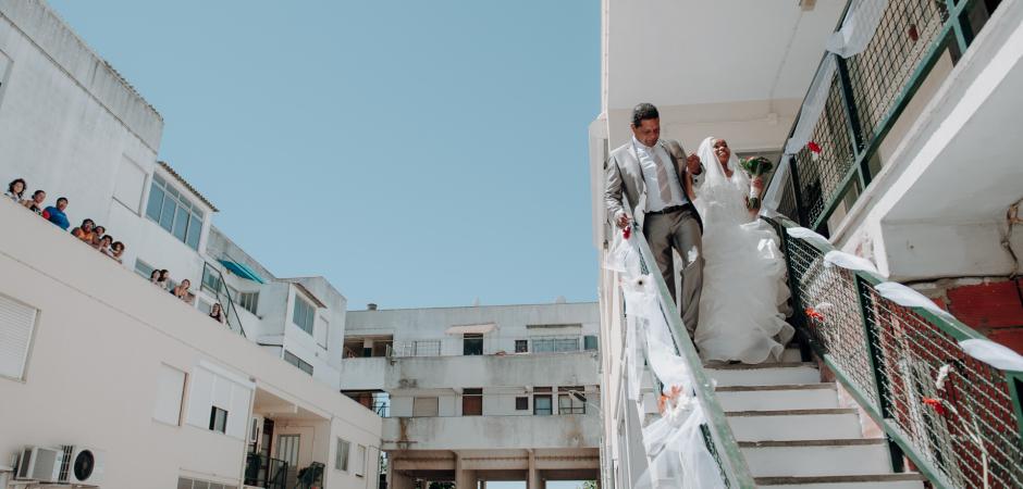Imagem de casamento ao ar livre na casa de uma noiva do Metro de Lisboa, Portugal Noiva em fuga - Fotografia de Carlos Porfírio