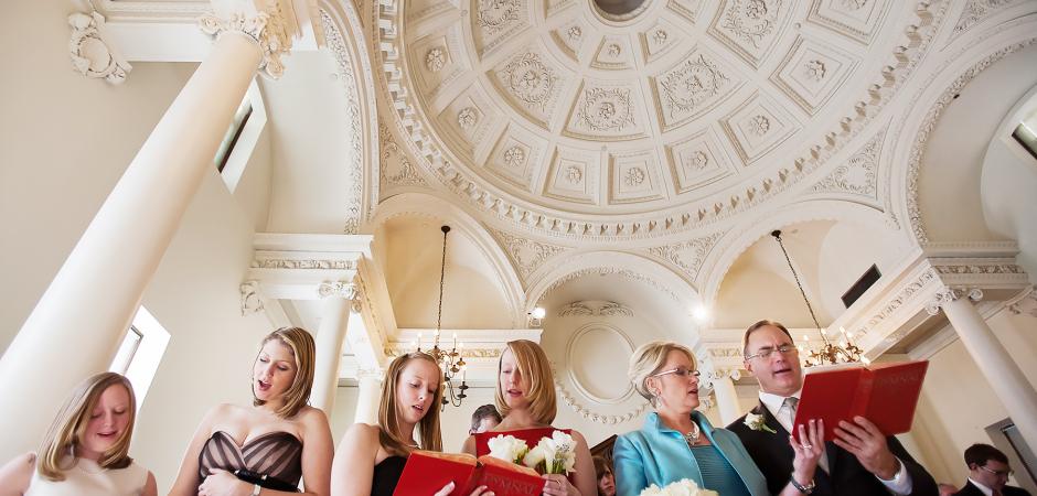 從一個小教堂,格倫紀念堂,亞特蘭大,佐治亞州私奔的低角度婚禮儀式圖像-照片由Cindy Brown