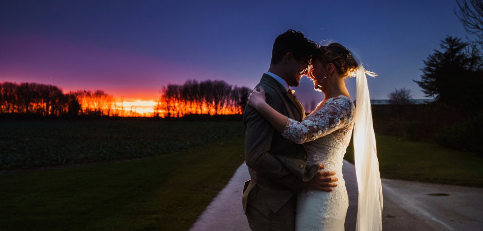 Portrait de couple de mariage en plein air au Royaume-Uni nuit d'un Bassmead Manor Barns, Staploe, St Neots, Cambridgeshire, Royaume-Uni Elopement - Image de Rob Dodsworth