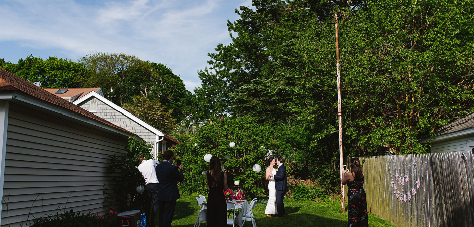 Image de cérémonie de mariage en plein air d'un Norwalk, Connecticut Backyard Elopement - Image de Korri Crowley