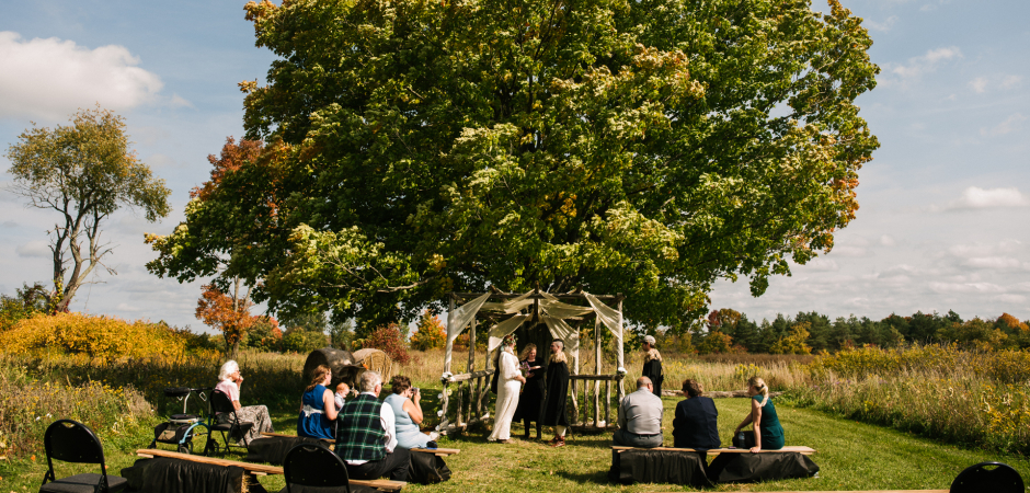 Photo de cérémonie de mariage en plein air de The Bee Spot, Hidden Meadows, Tamworth, Ontario Canada - Elopement Photo de Viara Mileva