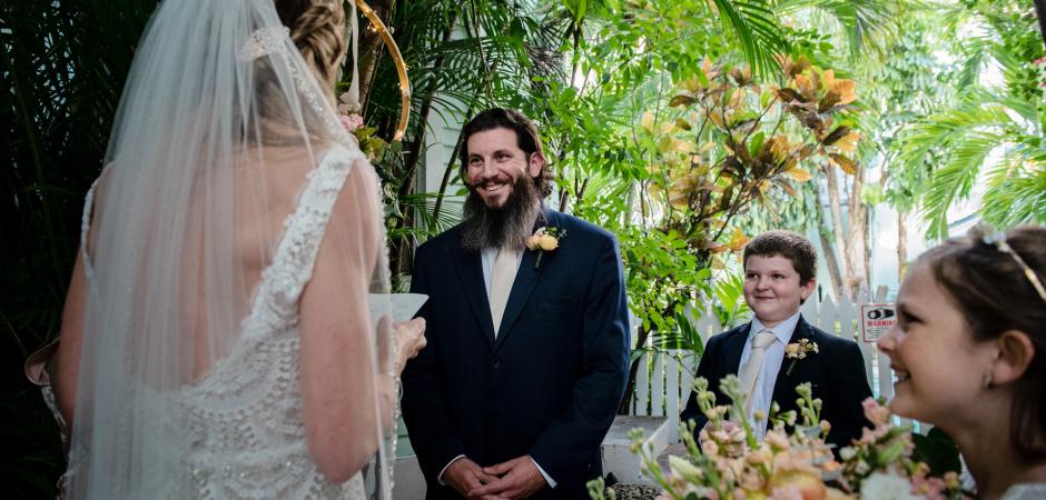Imagem da cerimônia de casamento em Key West em uma cidade velha, Florida Resort Manor - Elopement Foto de Julie Ambos