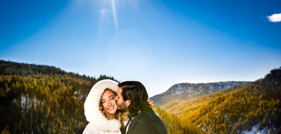 Um retrato de casal de noivos no destino de inverno no Colorado em um Snow Wolf Lodge, em Pagosa Springs Elopement - Foto de Autumn Parry