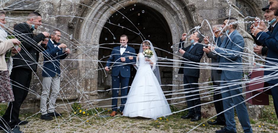 Imagem do dia do casamento da noiva e do noivo na capela Landeda, Bretanha, França - Elopement Foto de Didier Ropers