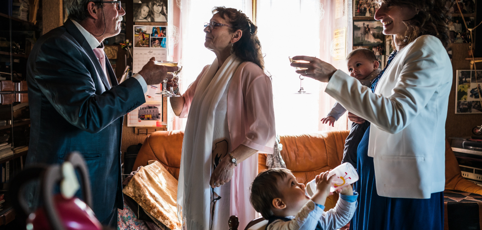Imagem do casamento em casa após a Câmara Municipal de Saint Laurent Nouan, no centro da França Civil Marriage - Elopement Imagem de Henri Deroche