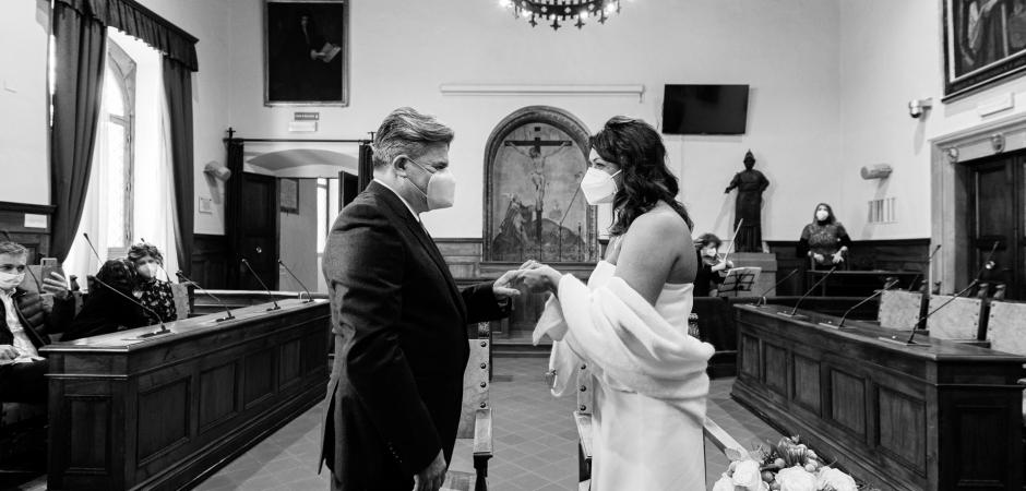 Imagem de casamento da noiva e do noivo em uma Câmara Municipal, Arezzo, Itália Casamento Civil - Fotografia de Fuga por Simone Bacci