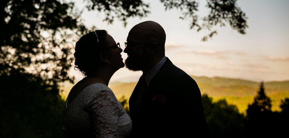 Hochzeitspaar-Porträt aus Mineral Bluff, N. Georgia - Elopement Photography by Cindy Brown