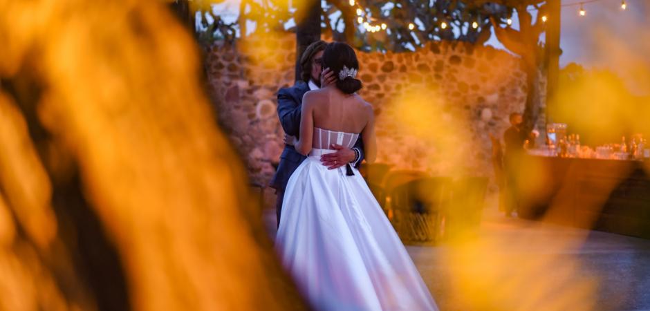 Hochzeitsbild der Braut und des Bräutigams tanzen bei einem Elopement in San Miguel de Allende, Guanajuato, Mexiko - Hochzeitsfoto von Jorge Alcala Goded