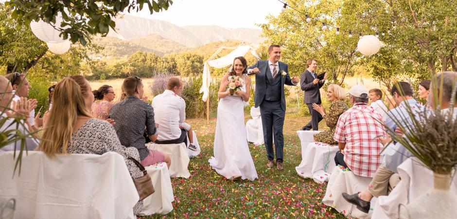 Alpes-de-Haute, Frankreich Elopement-Zeremonie Bild des feiernden Paares - Foto von Jennifer Voisin