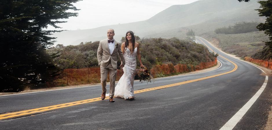 Big Sur, California imagen de fuga de la pareja cruzando la calle