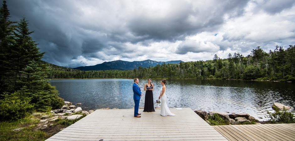 Photo de cérémonie de fugue d'aventure en plein air de Lonesome Lake, Franconia NH - Photographie de mariage par Eric McCallister