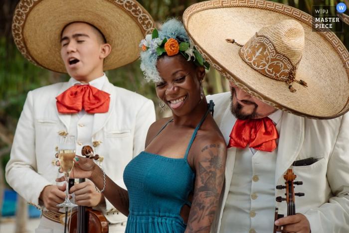 Une femme danse avec le groupe de mariachi alors qu'elle tient un verre de champagne sur cette photo réalisée par un photographe de mariage de Cartago, Costa Rica.