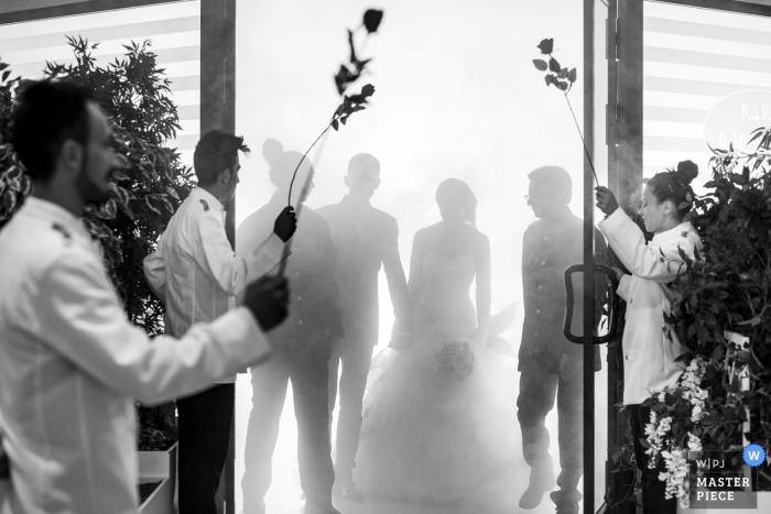 Los novios se recortan mientras se preparan para ingresar a la sala de recepción en esta foto en blanco y negro de un fotógrafo de bodas de Calabria.