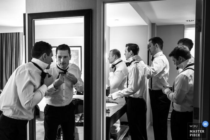 Schwarzweiss-Foto von den Groomsmen, die vor der Zeremonie von einem Hochzeitsfotografen Detroits, MI fertig werden.