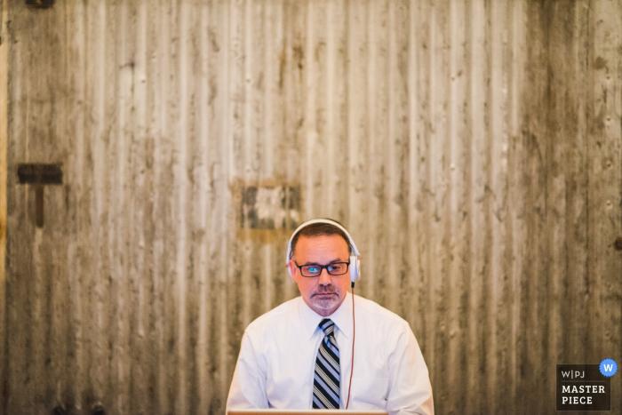 Zdjęcie DJ-a z jego słuchawkami przez fotografa ślubnego z Waszyngtonu.