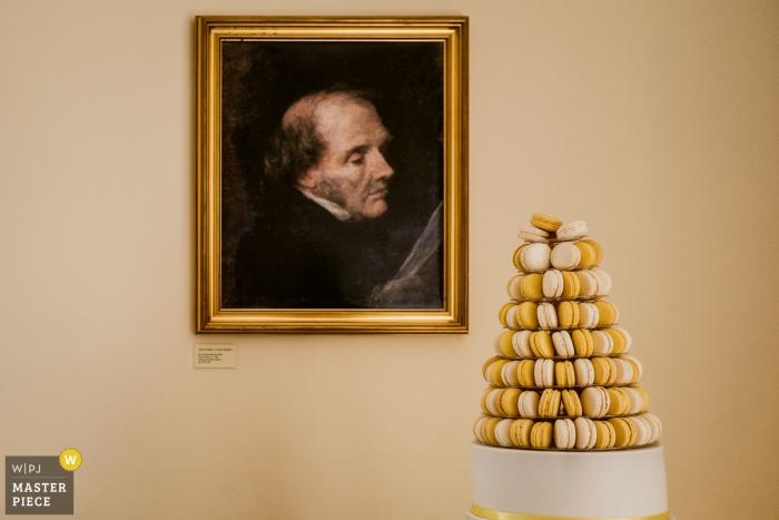 El fotógrafo de bodas de Kent capturó este detalle de la imagen de un retrato pintado de un anciano mirando despectivamente un pastel compuesto de macarrones