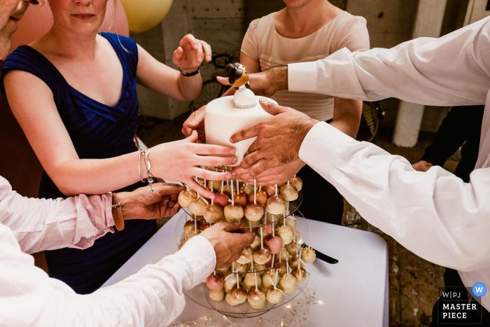 El fotógrafo de bodas de Kent capturó esta imagen de un pastel de bodas único compuesto de estallidos de pastel