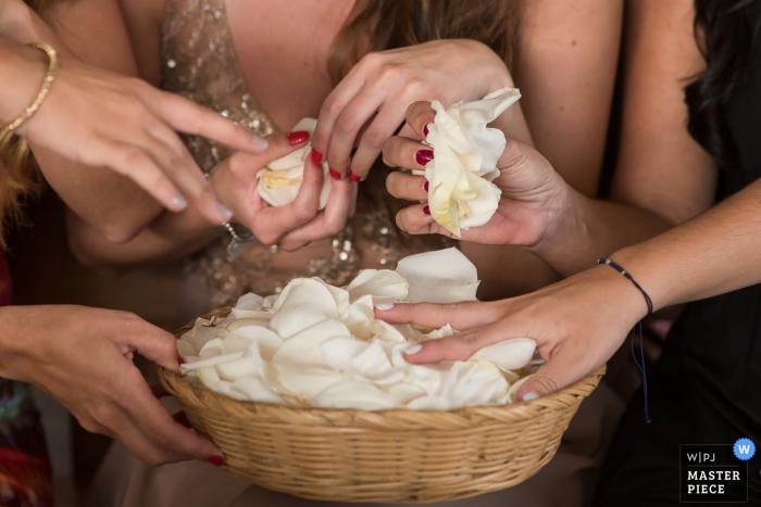 Le photographe de mariage de Lima a capturé cette photo de détail d'un panier rempli de fleurs et les mains se préparant à les lancer