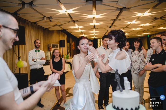 Un photographe de mariage en Bulgarie a surpris cette jeune femme qui demandait de l'aide en essuyant de la nourriture à la réception