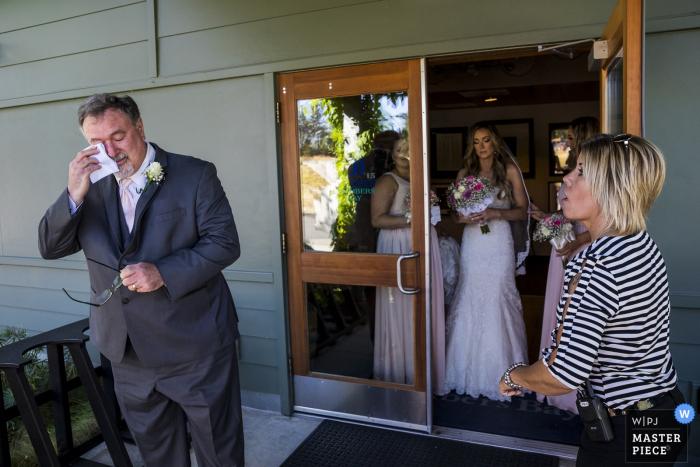 Le photographe de mariage de Tacoma a saisi cette image du père de la mariée épuisant les larmes aux yeux alors qu'elle se préparait à descendre l'allée