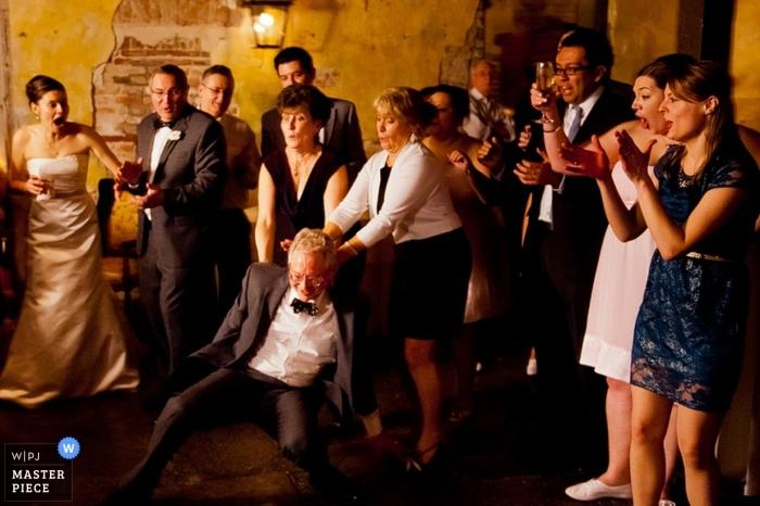 Fotograf ślubny z Los Angeles uchwycił to zdjęcie kogoś, kto pokazywał swoje ruchy taneczne w recepcji