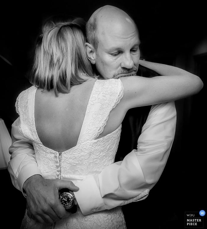 Baton Rouge photojournalisme de mariage | Portrait en Louisiane noir et blanc de la fille du père dansant