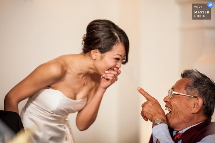 Le photographe de mariage de San Francisco a capturé cette photo de la mariée en train de rire avec son père avant la cérémonie