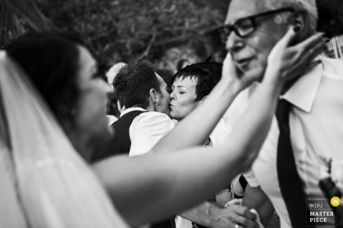 Le photographe de mariage à Bali a capturé cette photo en noir et blanc de la mariée tenant tendrement le visage de son père avant la cérémonie en Indonésie