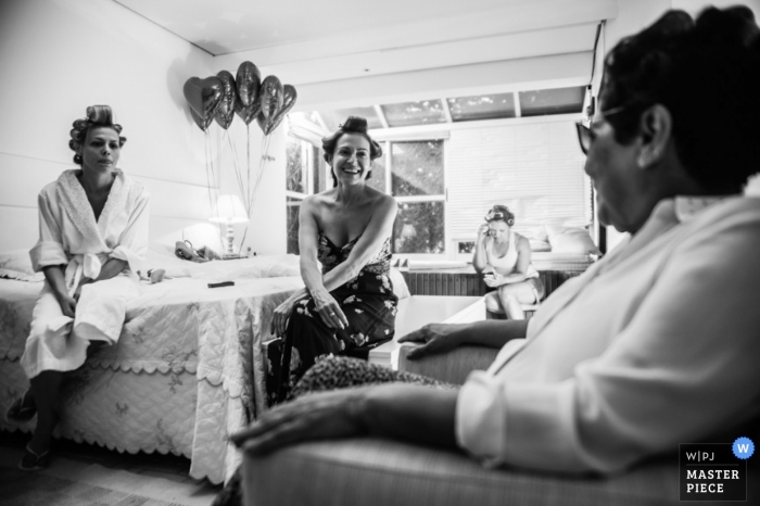 Bahia wedding photographer captured this black and white photo of the bride spending time with her family before the ceremony