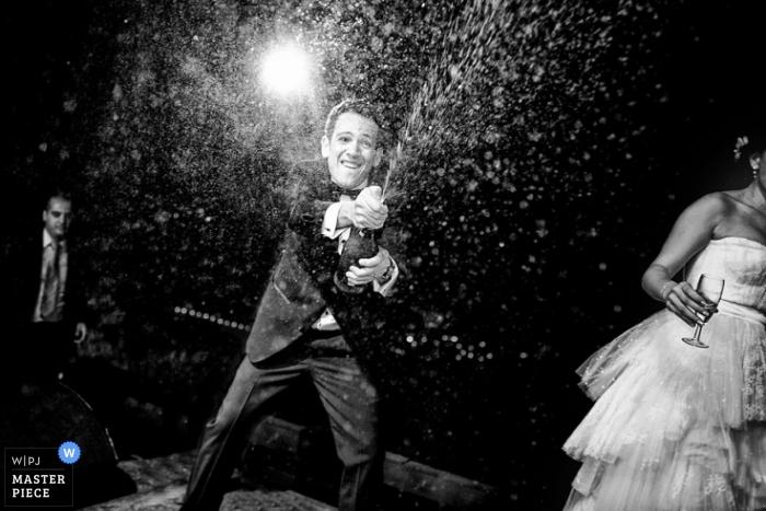 Photographe de mariage documentaire de Toronto   L'image contient: champagne, réception, nuit, extérieur, marié, mariée