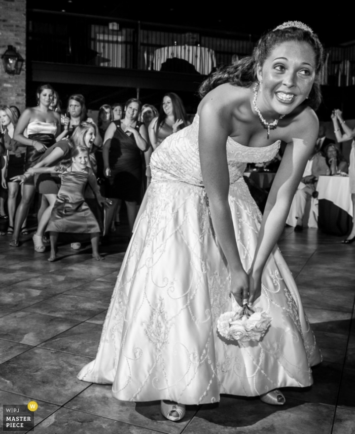 Photographie de mariage documentaire à Baton Rouge | L'image contient: bouquet de mariée, intérieur, noir, blanc, mariée, invités au mariage