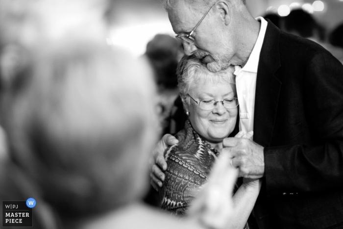 Photographe de mariage documentaire Providence   L'image contient: invités au mariage, étreindre, danser, noir, blanc, réception