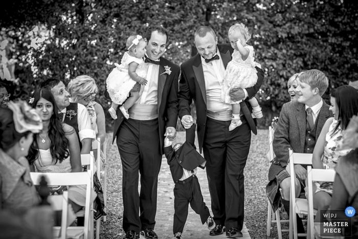Fotógrafo de bodas en Milán | La imagen contiene: niños, ceremonia, invitados a la boda, al aire libre, hombres, niños, portadores de anillos, niñas