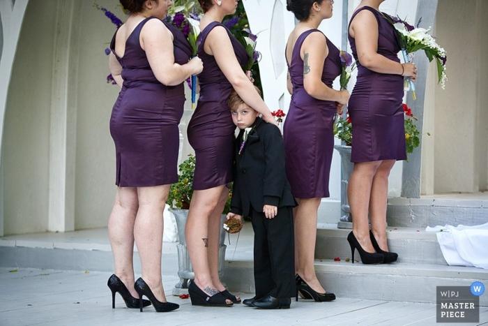 Fotógrafo de bodas en Atlanta | La imagen contiene: ceremonia, color, novias, púrpura, flores, niño